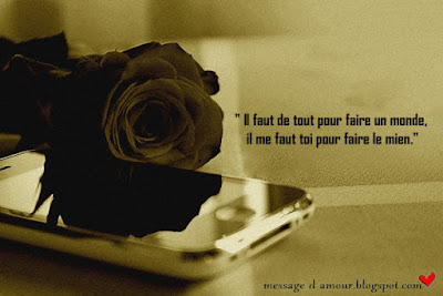 une fleur sur un téléphone portable avec message d'amour