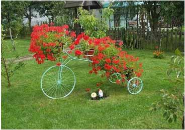 A mi manera decorar el jard n con bicicletas viejas hermosas for Como decorar el jardin de mi casa