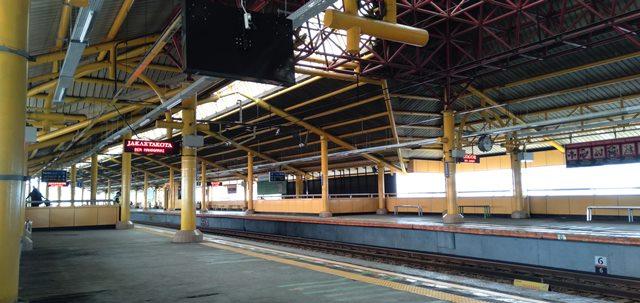 Warna stasiun commuter line gondangdia kuning
