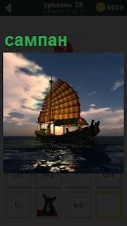 По воде в сумерках плывет сампан под парусами с людьми на борту