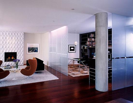 Tấm kính khiến ngôi nhà mang hơi thở hiện đại hơn.