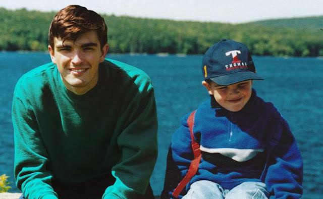 Se photoshopeo en sus fotos de infancia y resultó ser genial