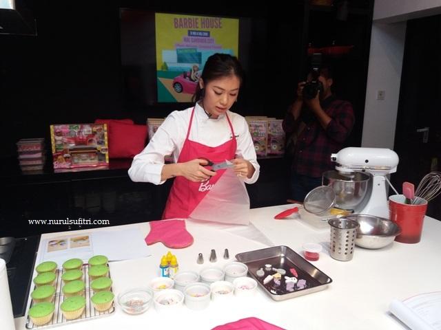 chef stella lowis memberikan contoh membuat cupcakes di depan peserta masak bersama barbie la maison patisserie