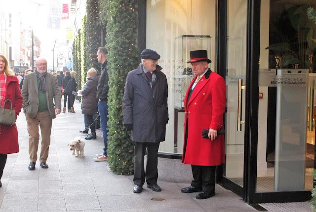 Thomas Brown, Dublin, porttieri, punainen pitkä takki