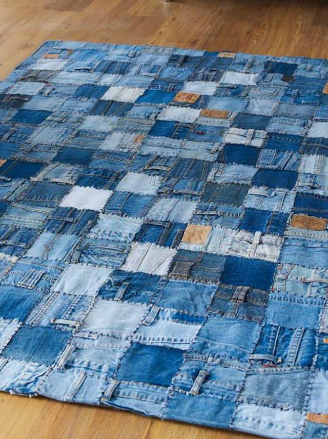 gran alfombra hecha con retales de tela vaquera