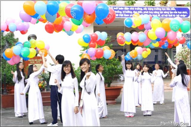 học sinh cấp 3 dự khai giảng trong chiếc áo dài trắng