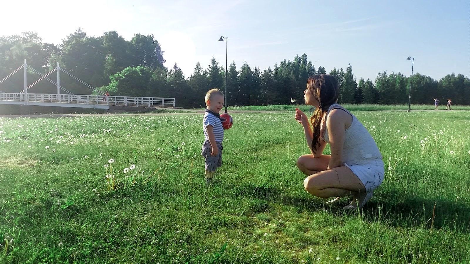 Kukkakedolla pojan kanssa