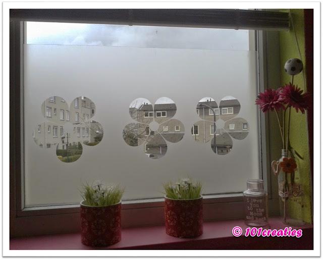 Bloemenrand van plakplastic op het raam