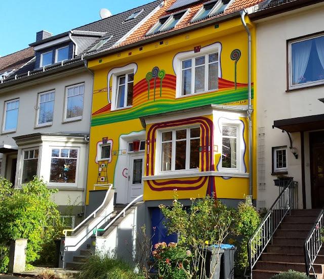5 Spielplätze im Kieler Süden mit dem gewissen Extra. Das Haus im Hundertwasserstil in der Lantziusstraße für kleine und große Kinder ist der Hit!