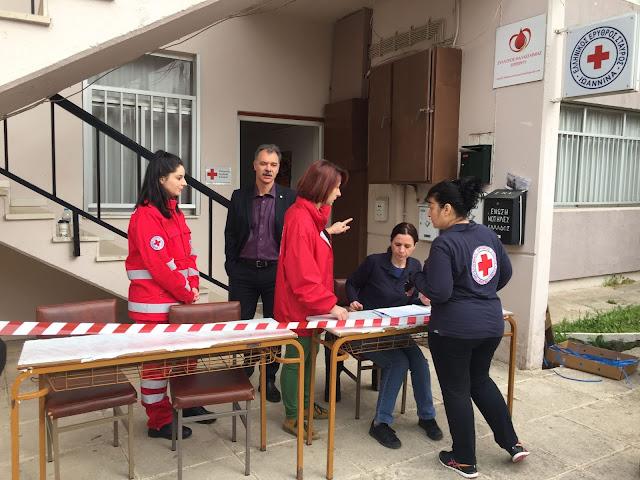 Γιάννενα: Διανομή Τροφίμων Σε 350 Άπορες Οικογένειες Από Τον Ερυθρό Σταυρό