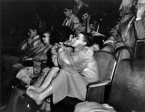 http://2.bp.blogspot.com/-8nVO822hdqw/UX6id--aX3I/AAAAAAAAe5A/b_8aAPFGJTU/s300/Weegee+-+Lovers+with+3-D+glasses+at+the+Palace+Theater,+1943.jpg