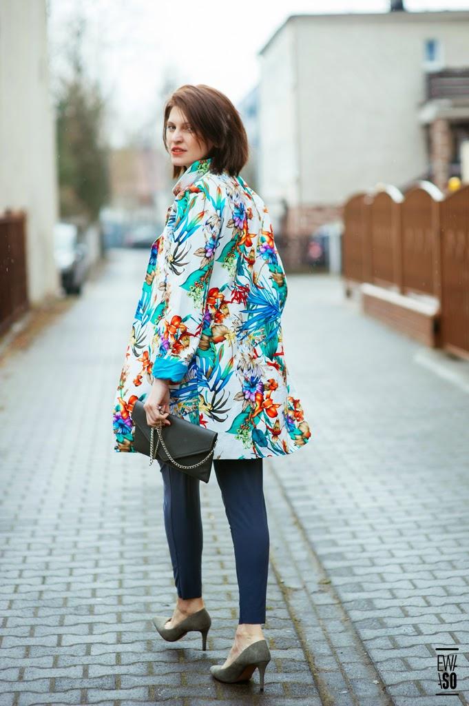 kombinezon, jak nosić kombinezon, wiosenny look, moda wiosna, street style, kolorowy płaszcz, kolorowy płaszcz na wiosne, novamoda style,