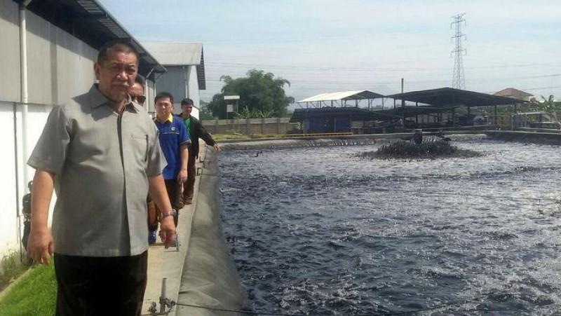 Wakil Gubernur Jawa Barat Deddy Mizwar melakukan inspeksi mendadak ke sejumlah pabrik di kawasan Kamasan, Banjaran, Kabupaten Bandung,
