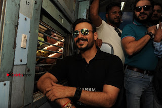 Bollywood Actor Vivek Oberoi Snapped Travelling by Local Train to Kelve  0004.JPG
