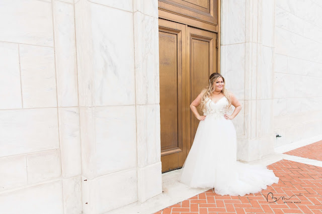 bride in front of the detroit institute of arts posing