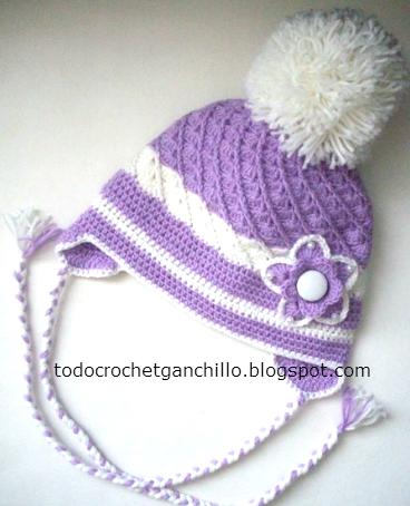 gorro crochet con flor aplicada y trenzas.