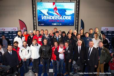 Les 28 marins présents aux Sables d'Olonne ce samedi prennent la pose