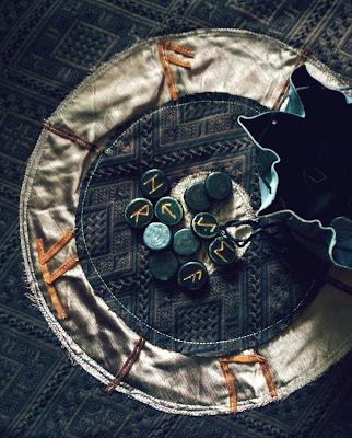 Futhark Divination: Skjebne Casting Circle