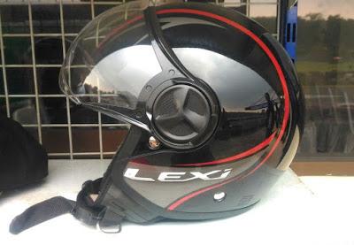 Helm bawaan Yamaha Lexi - Tampak Samping