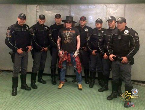 AXL ROSE DA BANDA GUNS N' ROSES  FEZ QUESTÃO DE TIRAR UMA FOTO COM POLICIAIS DA ROCAM