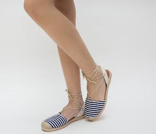 sandale de vara bej cu imprimeu in dungi alb-negru cu snur