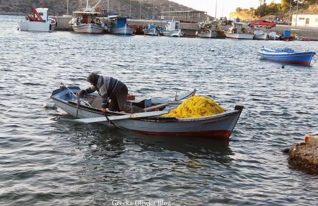 rybaczka w łódce na morzu limenas chios grecja