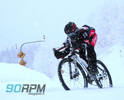 Pedalare nella neve con una mountain bike modificata