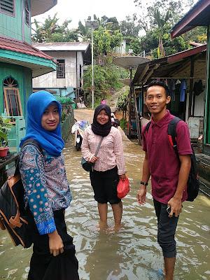 Dew, Lalang, dan Himang pas mau berangkat sekolah