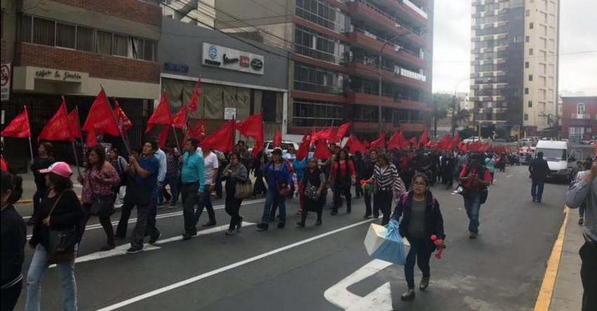 Trabajadores del Ministerio de Educación marcharon por Miraflores portando banderas rojas