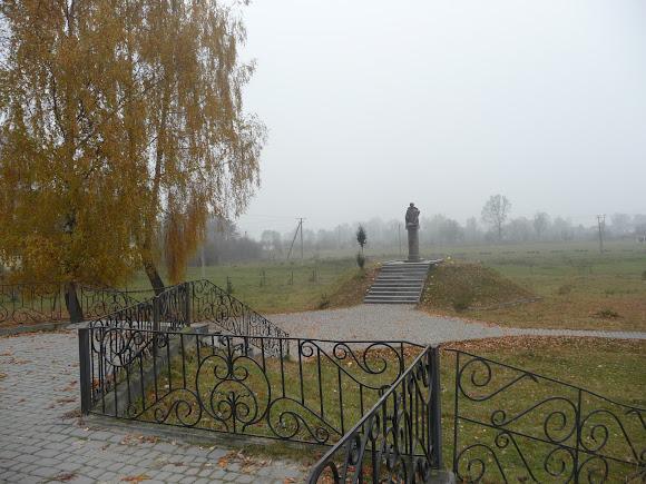 Верхній Дорожів. Пам'ятник генералу УПА Дмитрові Грицаю