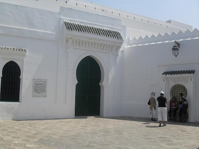 Fachadas blancas en la medina