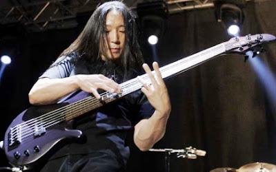 Foto de John Myung tocando su bajo