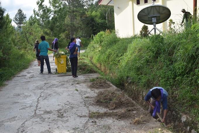 Peduli Lingkungan Yang Indah dan Bersih, MAPALA STAKN Toraja Membersihkan Area Kampus.