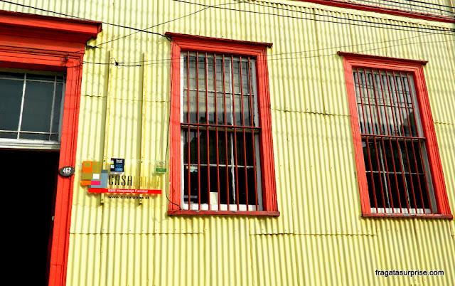 fachada revestida em chapa de ferro típica de Valparaíso, Chile
