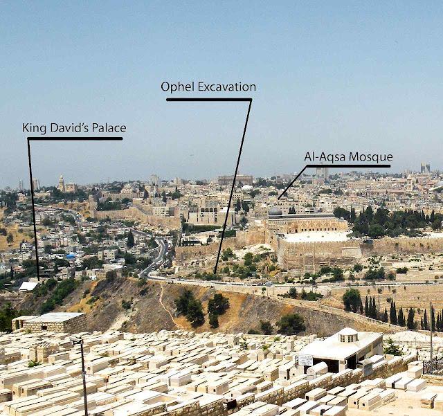 Vista geral de Jerusalém com o campo arqueológico de Ophel, local do achado.