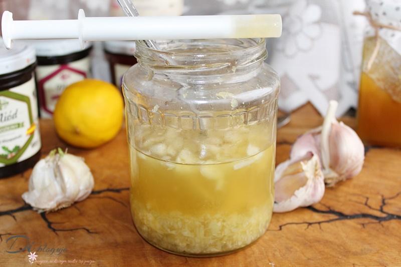 Domowy syrop z czosnku, miodu i cytryny, czyli skuteczna mikstura na odporność + opis składników i najlepsze rodzaje miodu