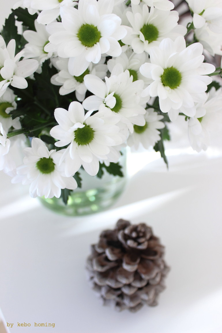 Chrysanthemen und Adventsdekoration bei kebo homing, Südtiroler Foodblog und Lifestyleblog, Blumen, Styling, white Home