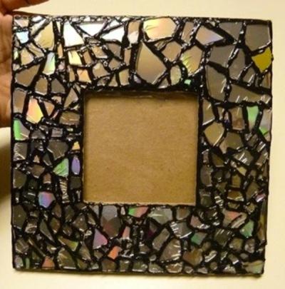 Pigura foto mozaik dari CD/DVD bekas.