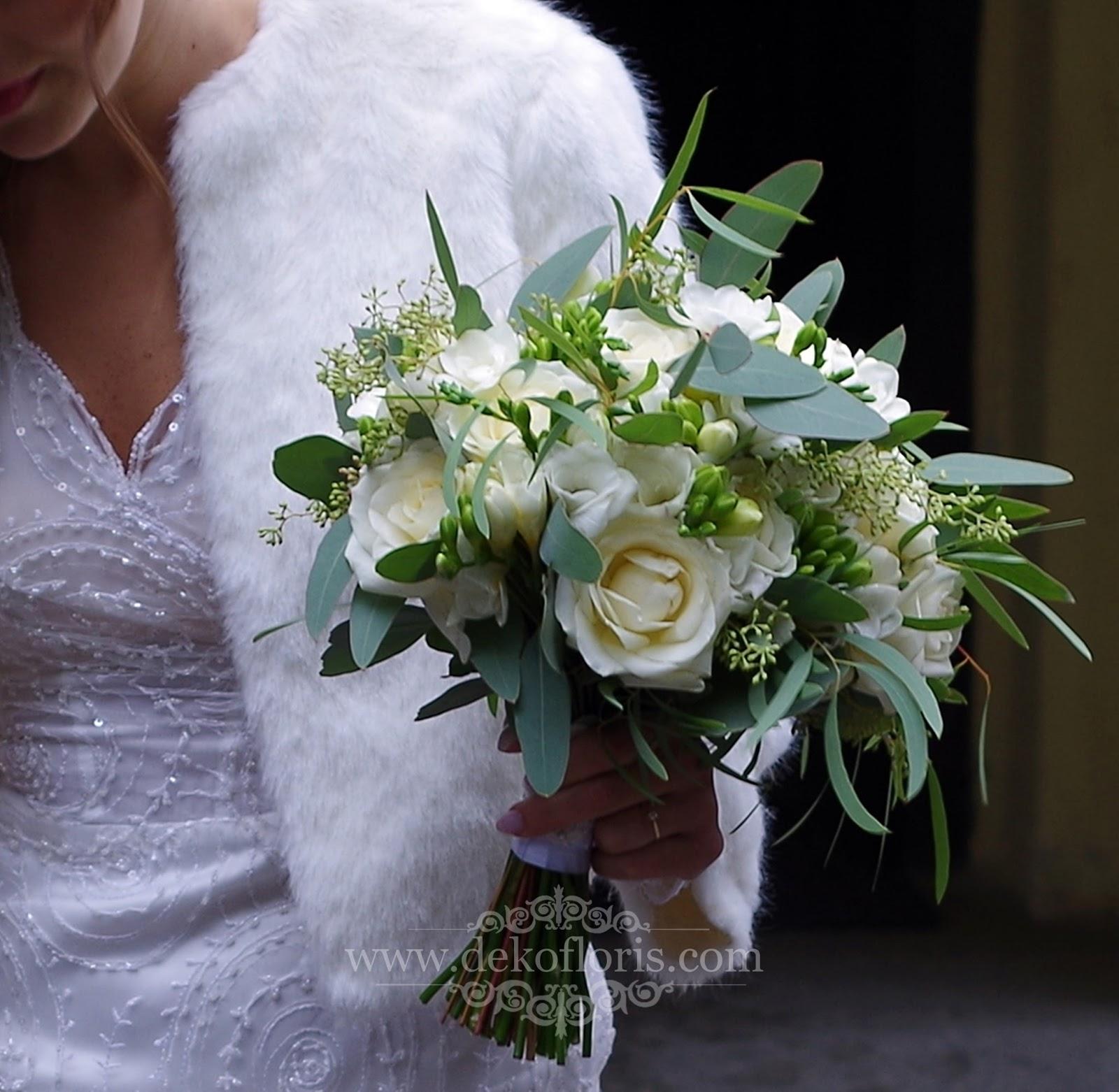 Biały bukiet ślubny - róża, frezja i eukaliptus