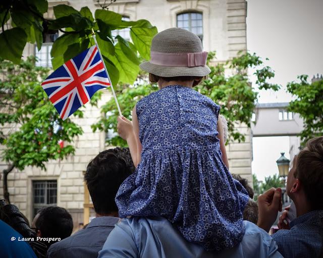 enfant avec drapeau © Laura Prospero