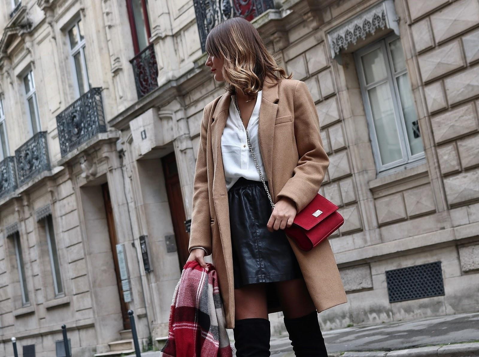 pauline dress blog mode déco lifestyle besancon tenue octobre 2017 cuissardes jupe similicuir blouse blanche manteau camel sac rouge grosse echarpe