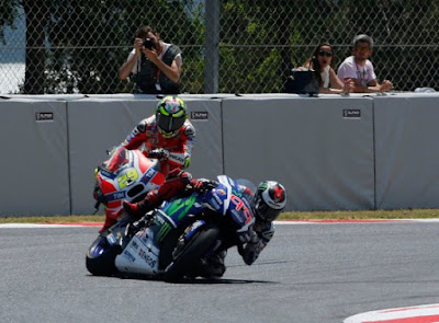 Aksi Bodoh Iannone Bernilai 'Pahlawan' Dimata Fans Rossi - Marquez