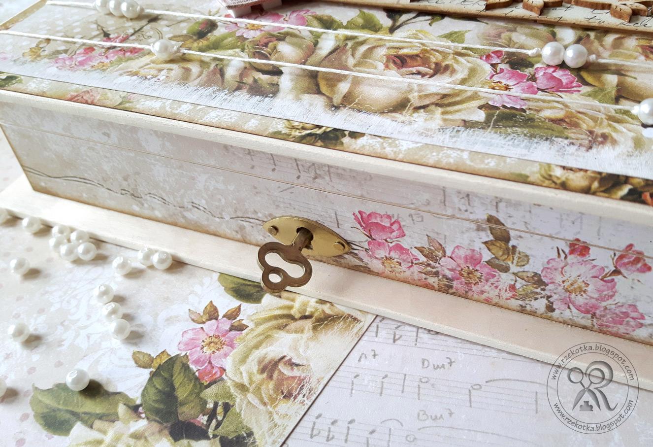 Drewniana książka zamykana na kluczyk
