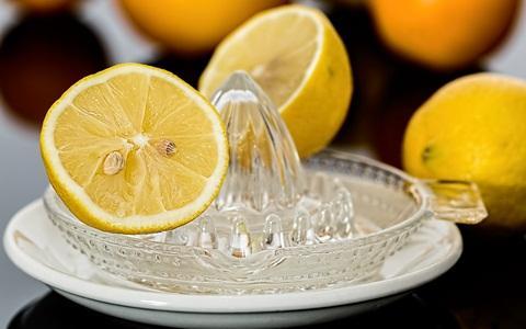 Memeras air lemon untuk dibuat minuman hangat