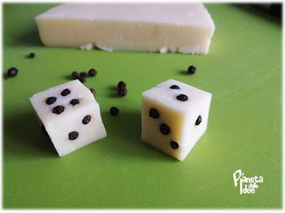 Creatività in cucina con dei dadi di formaggio e pepe