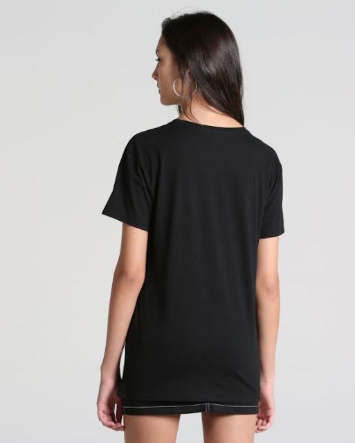 """a Blusa Kiss Of Death é confeccionada em malha macia de algodão, apresenta modelagem ampla com decote em """"U"""", mangas curtas e detalhe de estampa na parte frontal."""