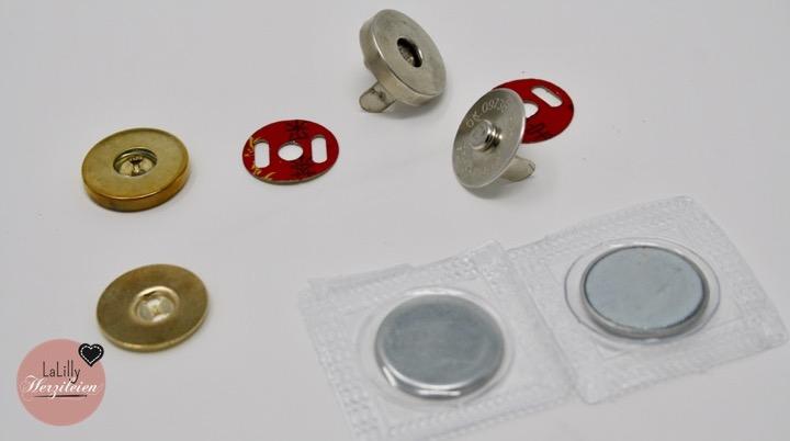 """In Teil 2 meiner  Serie, """"Taschenverschlüsse für selbstgenähte Taschen"""" stelle ich dir verschiedene Arten von Magnetverschlüssen vor und zeige dir in kurzen Tutorials, wie und vor allem wann, du sie beim Nähen einer Tasche anbringst. Ich gebe dir Tipps wo du besondere Verschlüsse kaufen kannst und du erfährst was die unterschiede von Magnetknöpfen, Magnetverschlüssen zum Einnähen und Magnetverschlüssen mit Metalllaschen sind."""