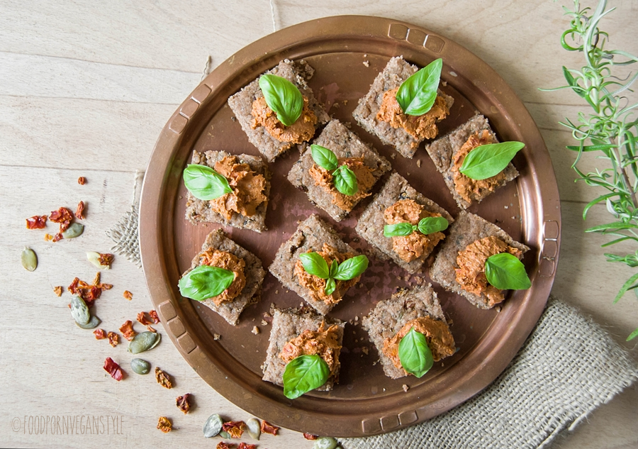 HERB CRACKERS WITH FRESH ROSEMARY & SUNDRIED TOMATOES