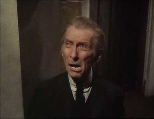 Peter Cushing en una escena de The Ghoul
