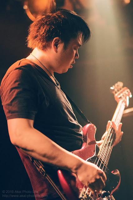 ライブハウスシルバーエレファントで撮影したバンドすずなのギタリストの写真